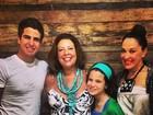 Claudia Raia leva os filhos ao aniversário da irmã