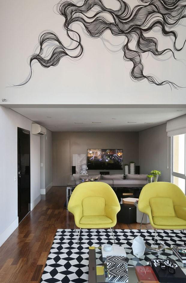 Contraste traz modernidade e estio à apartamento projetado para receber (Foto: Mariana Orsi)