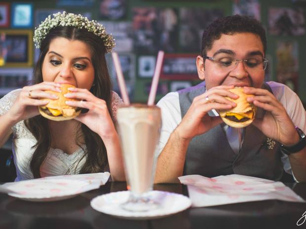 Resultado de imagem para casal hamburguer