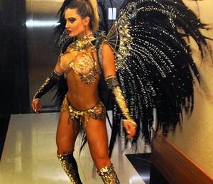 Em 2014, Laura foi rainha de bateria da Belfort Roxo. Segundo a atriz, foi o melhor carnaval de sua vida. (Foto: Arquivo Pessoal)