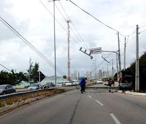 Fox ficou destruído e posto tombou sobre a via (Foto: Henrique Dovalle, da Inter TV Cabugi)