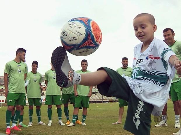 Menino conheceu jogadores da Caldense no centro de treinamento do clube em Poços de Caldas (Foto: Reprodução EPTV)