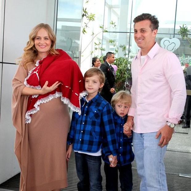 Acompanhada por Luciano Huck, Benício e Joaquim, Angélica deixou maternidade com Eva nos braços (Foto: Cláudia ANdrade)