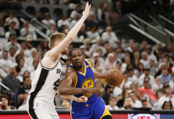 Kevin Durant foi o cestinha na vitória do Golden State Warriors contra o San Antonio Spurs (Foto: Reuters/Soobum Im-USA TODAY Sports)