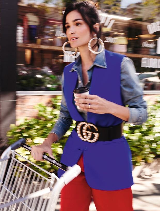 Camisa Ralph Lauren, R$ 3.500. Colete Stella McCartney na NK Store, R$ 6.891. Calça Apartamento 03, R$ 748. Brincos Lázara Design, R$ 105. Cinto Gucci, R$ 4.620 (Foto: Nicole Heiniger (Sd Mgmt))