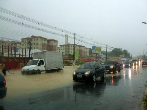 Diversas avenidas tiveram pontos de alagamento. Torquato Tapajós foi uma das mais afetadas (Foto: Ernam Sevalho/TV Amazonas)