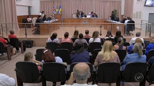 Funcionários públicos de Agudos protestam contra plano de carreira aprovado pelos vereadores