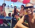 Em família, David Braz curte praia em Santos