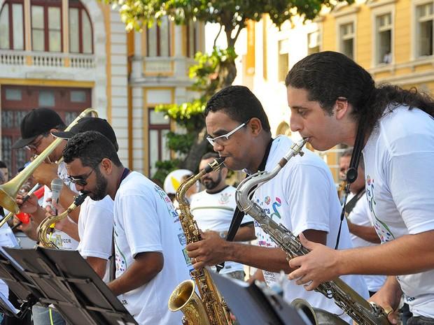 Orquestra toca frevo e ainda ensina passos do movimento no Marco Zero (Foto: Tiago Silva/ Divulgação )
