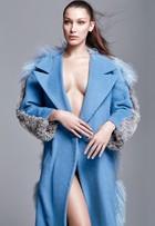 Bella Hadid, irmã caçula de Gigi Hadid, posa seminua para revista brasileira