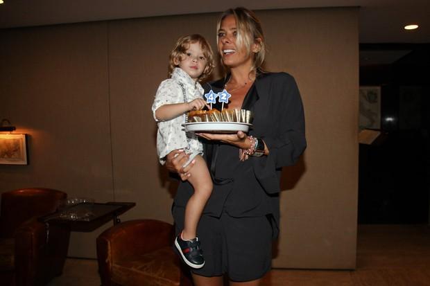 Adriane Galisteu e o filho, Vittorio, na festa de aniversário de Alexandre Iódice em São Paulo (Foto: Manuela Scarpa/ Foto Rio News)