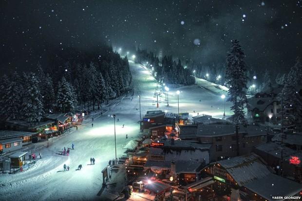O prêmio para a categoria 'viagem' foi para Yasen Georgiev por sua foto de uma paisagem noturna de um resort de esqui na Bulgária (Foto: Yasen Gerogiev)