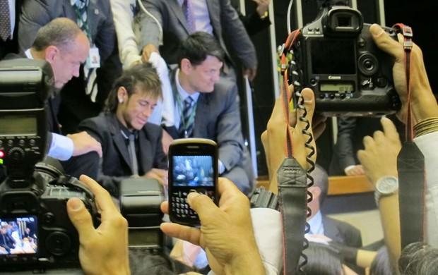 Neymar rouba a cena na Câmara dos Deputados (Foto: Felippe Costa / Globoesporte.com)