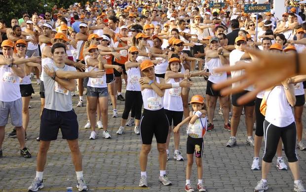 A pequena corredora acompanha os outros atletas no alongamento do Circuito do Sol de belo Horizonte (Foto: Cristiano Quintino)