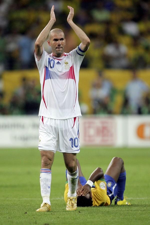 Zidane agradece a torcida após partida épica contra o Brasil. No fundo, Zé Roberto se lamenta (Foto: getty images)