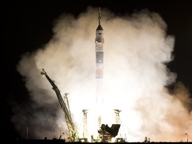 O foguete russo Soyuz foi lançado nesta quinta-feira (28) do cosmódromo russo de Baikonur, no Cazaquistão, para levar dois russos e um americano à Estação Espacial Internacional (ISS, na sigla em inglês) em um tempo recorde, constatou um fotógrafo da AFP. (Foto: AFP)