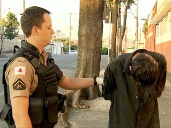 Suspeito preso pela polícia durante a tentativa de assalto (Foto: Reprodução TV Globo)