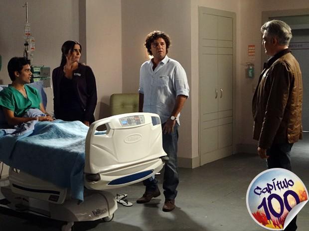 Perácio e Nelson se encaram na frente de Rosemere (Foto: Sangue Bom/TV Globo)