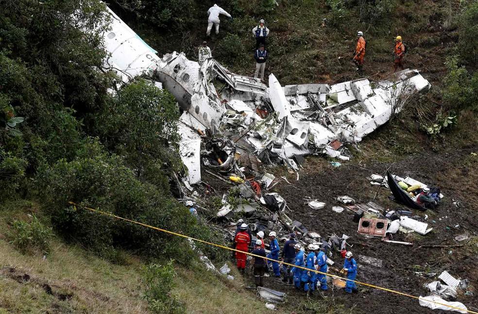 Equipe de resgate trabalha após acidente com voo da Chapecoense (Foto:  Jaime Saldarriaga/Reuters)