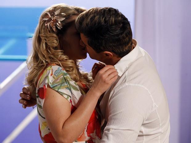 Inácio não resiste e acaba beijando Rosário (Foto: Cheias de Charme / TV Globo)