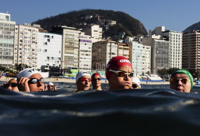 GALERIA - Nadadoras aguardam a larga da maratona aquática em Copacabana (Foto: Adam Pretty/Getty Images)