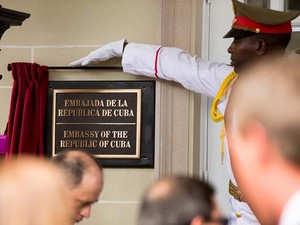 Membro da guarde de honra de Cuba mostra placa da embaixada de Cuba em Washington nesta segunda-feira (20) (Foto: AP Photo/Andrew Harnik, Pool)