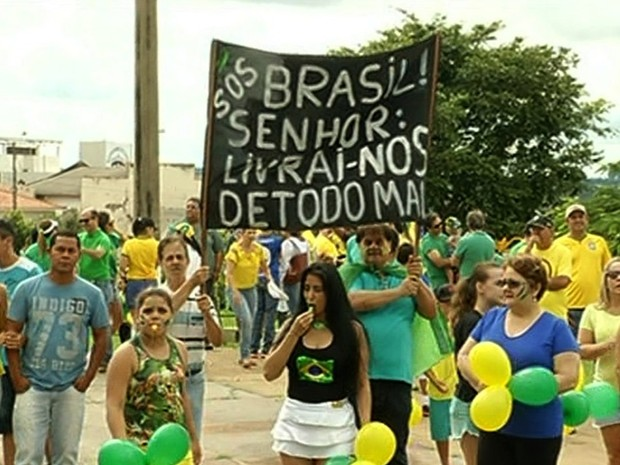 Moradores protestam contra o governo federal em Jataí, Goiás (Foto: Reprodução/ TV Anhanguera)