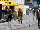 Em tratamento contra o câncer, Betty Lago caminha na orla do Rio