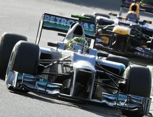 Orifício no bico da Mercedes de Nico Rosberg (Foto: AFP)