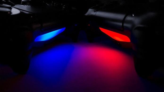 Com tons de azul e vermelho as luzes do DualShock 4 simulam sirenes de polícia em GTA 5 (Foto: Attack of the Fanboy)