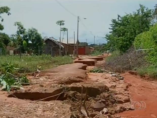 Rua do setor Bom Viver, em Araguaína, recebeu cascalho, mas a erosão continua  (Foto: Reprodução/TV Anhanguera)