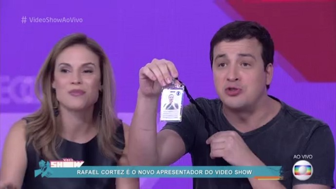 O novo contratado exibe seu crachá (Foto: TV Globo)