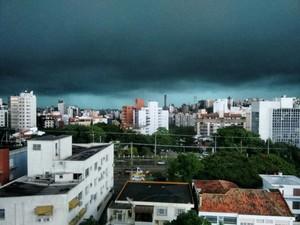 Temporal deixou Porto Alegre às escuras na tarde desta sexta-feira (18) (Foto: Leonardo Carlesso/Arquivo Pessoal)
