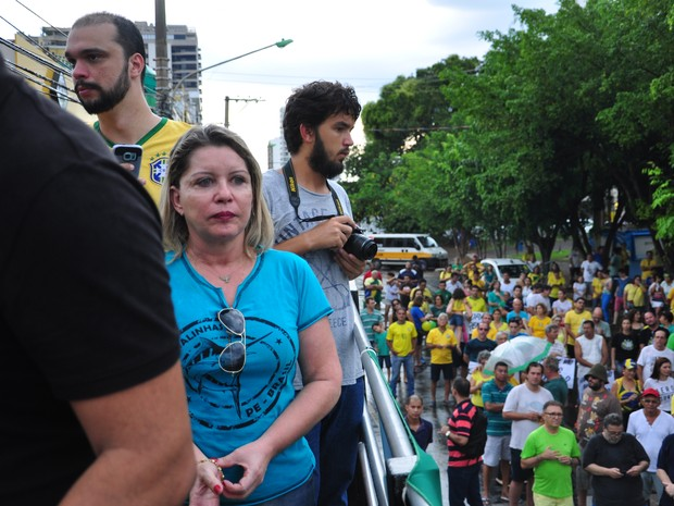 Juíza Selma Arruda, da 7 Vara Criminal de Cuiabá, discurssou durante o protesto (Foto: André Souza/G1)