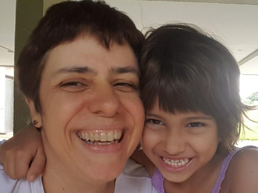 A professora e mãe-solo, Eneá de Stutz, abraçada a sua filha, Ninian de Stutz, de 5 anos.   (Foto: Arquivo Pessoal )