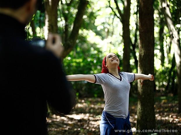 Clara se sente feliz com a chance de ter um dia de liberdade (Foto: Inácio Moraes / TV Globo)