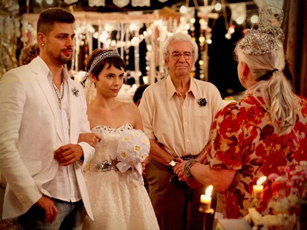 Jorginho e Nina estavam radiantes com festa de casamento no lixão (Foto: Avenida Brasil/TV Globo)