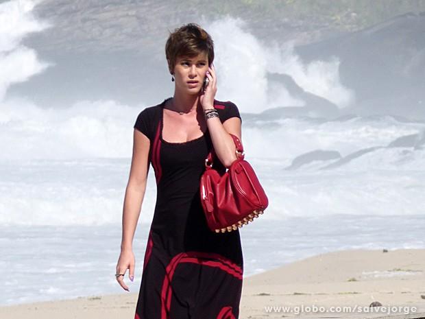Dani Moreno também gravou sequência na praia (Foto: Salve Jorge/TV Globo)