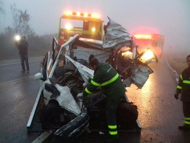 Cinco pessoas morrem em acidente entra carro e caminhão na BR-277 (Foto: Divulgação/PRF)