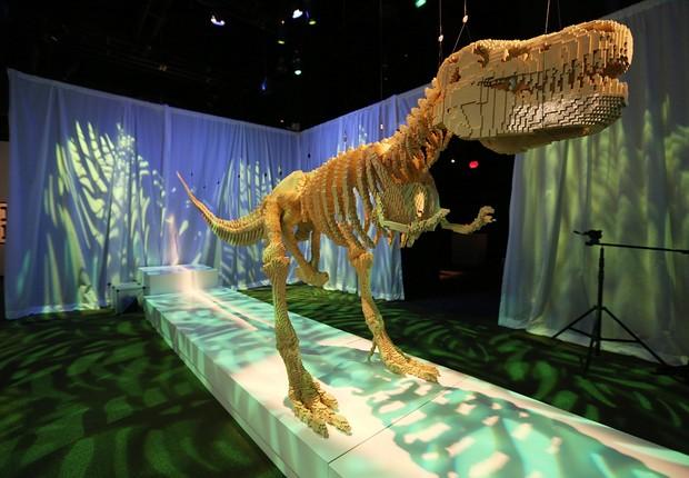 Até dinossauros foram criados com os tijolos de brinquedo para a exposição em Nova York (Foto: Getty Images)