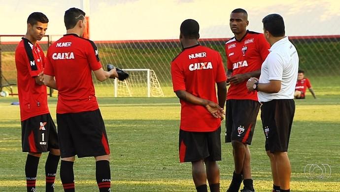 Jogadores do elenco do Atlético-GO durante treino (Foto: Reprodução/TV Anhanguera)