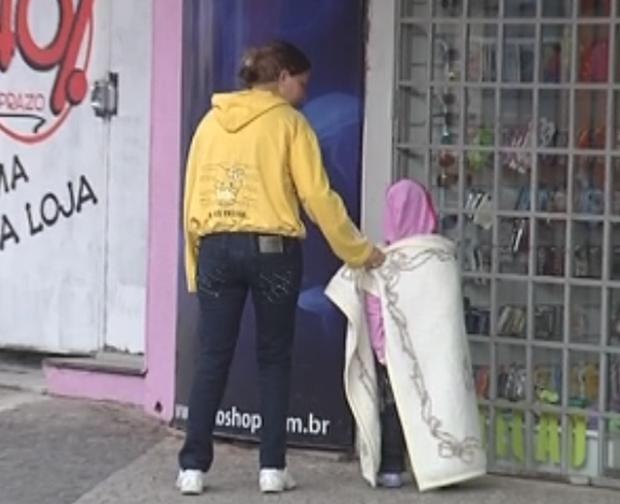 Moradores de Araçatuba usam cobertores para se proteger do frio (Foto: Divulgação/Reprodução)
