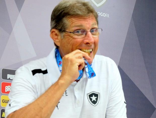 Oswaldo de Oliveira morde a medalha, Botafogo campeão da Taça Guanabara (Foto: Janir Junior)