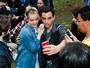 Jena Malone, de 'Jogos Vorazes', posa com fãs após show