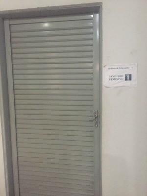 Comunicado na porta avisa sobre falta d'água (Foto: Arquivo pessoal)