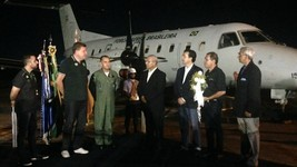 Avião é recebido por homenagem na escala no AM (Indiara Bessa/G1 AM)