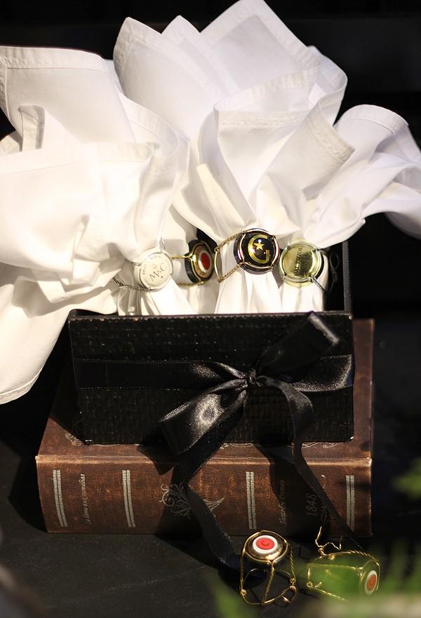 A gaiola que segura a rolha das bebidas ganhou um novo uso na decoração da mesa da Casa e Comida: virou um porta-guardanapo nunca antes visto (Foto: Cristiane Senna/Editora Globo)