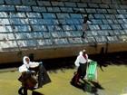 Após denúncia de lixo, equipe faz limpeza do Canal Campos-Macaé