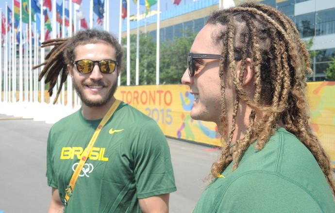 Chiuffa e Oswaldo desfilam cabeleiras pela Vila dos Atletas, em Toronto (Foto: GloboEsporte.com)