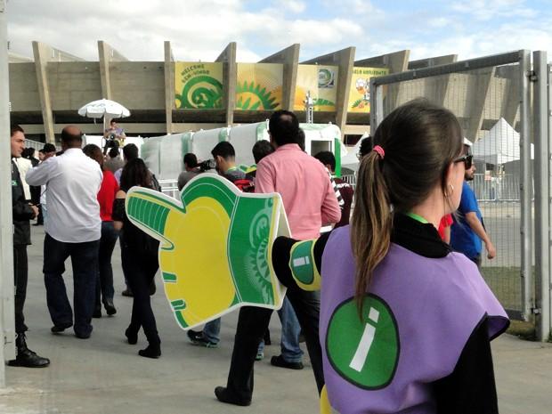Funcionários vão orientar torcedores na entrada do Mineirão. (Foto: Humberto Trajano/G1)